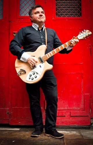 Felipe Spada y su guitarra. No es el nombre de su próximo proyecto musical.