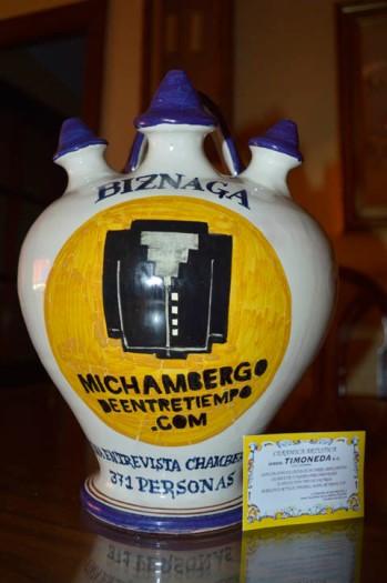Entrega de un botijo de cerámica de Talavera de la Reina a Biznaga que les acredita como el grupo con la Entrevista Chamberga más leída de 2014