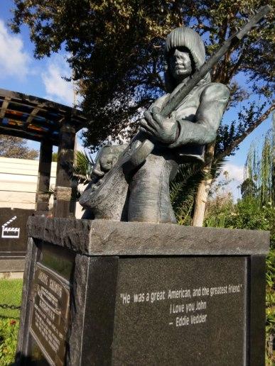 Dee Dee Ramone también descansa en el Hollywood Forever de Los Ángeles.