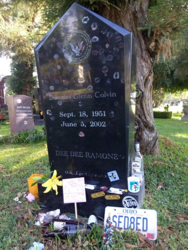 Dee Ramone y Johnny Ramone están enterrados en el Hollywood Forever.
